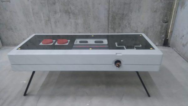 Mesa Nintendo modo café con patas finas diagonales
